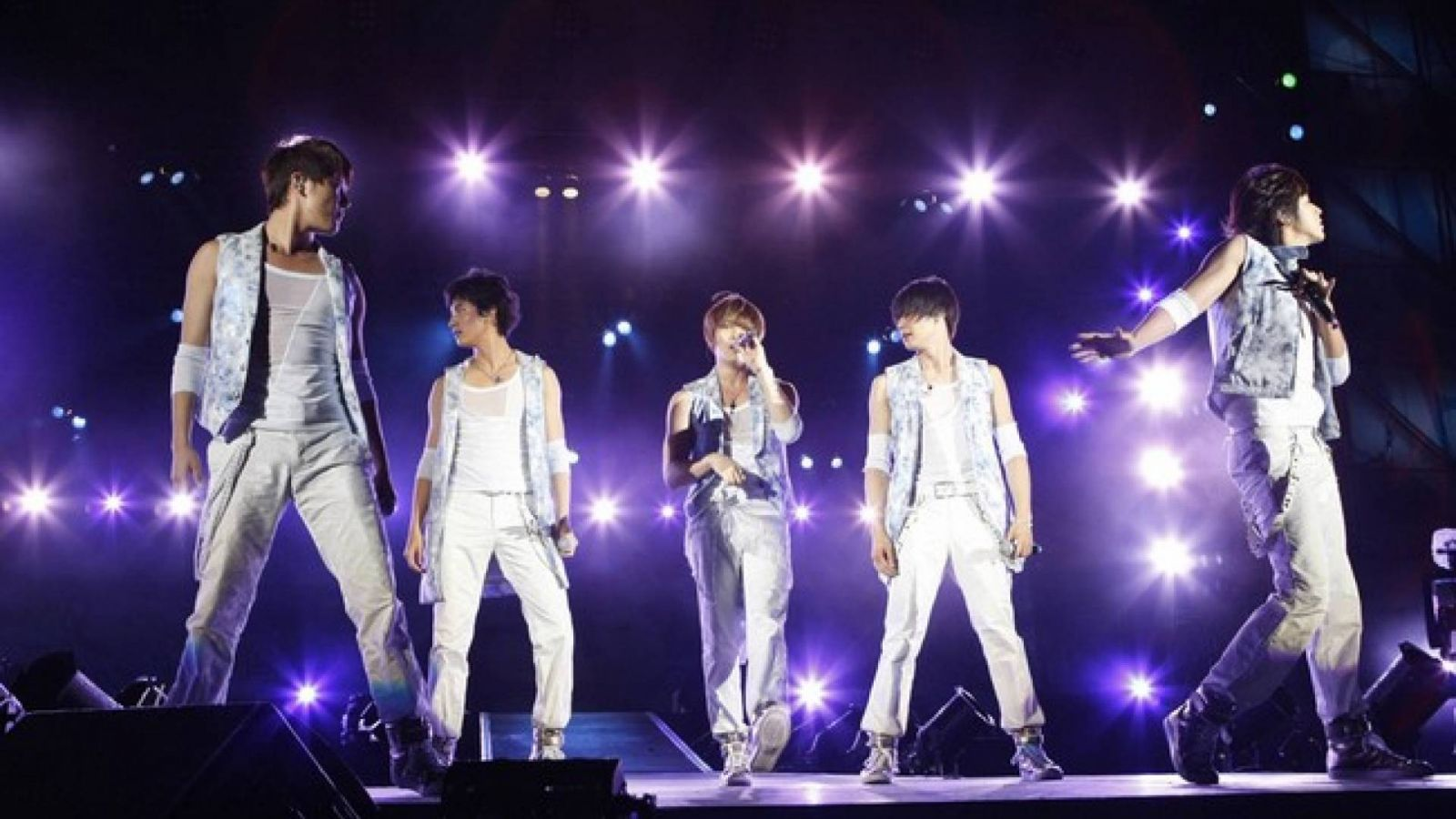 Membros do Dong Bang Shin Ki juntos no Japão © Avex Entertainment Inc.